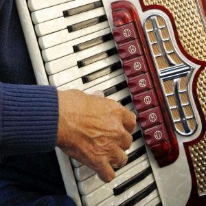 sviranje harmonike melodija i basovi