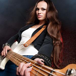 djevojka svira bas gitaru