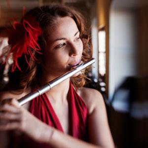 flautista svira flautu