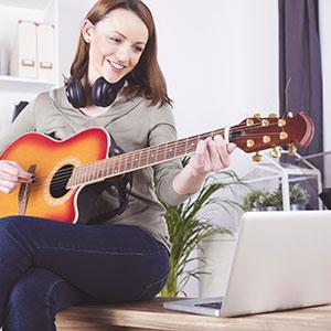 djevojka svira gitaru