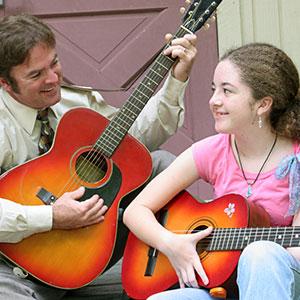 otac i hkeč sviraju gitaru