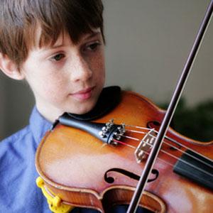 djete svira violinu