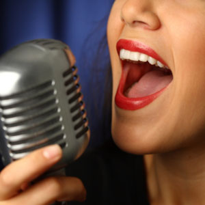 pjevanje u studiu na mikrofon