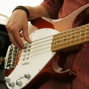 bas gitarista svira bas gitaru