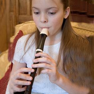 djevojka svira blokflautu