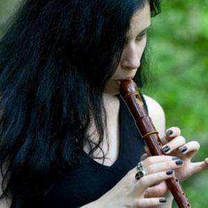 žena svira blokflautu