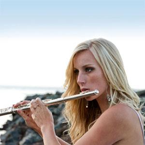 žena svira poprečnu flautu