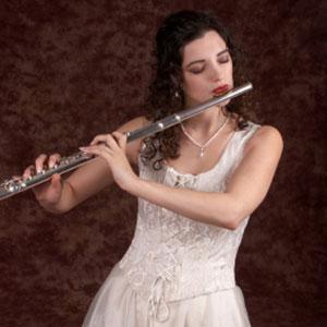 djevojka uči sviranje poprečne flaute