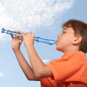 dečko svira frulu