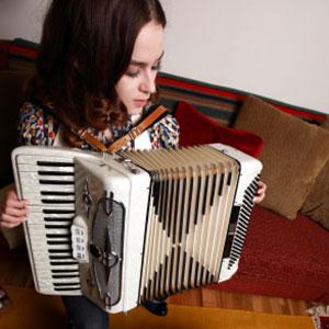 djevojka svira harmoniku doma