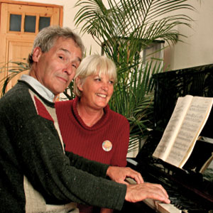 muž svira ženi klavir