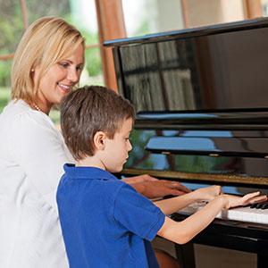 sin svira klavir majci