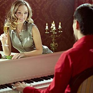osvanje žene sa sviranjem klavira