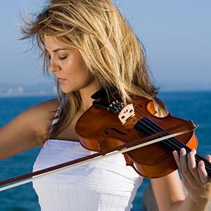 djevojka svira violinu